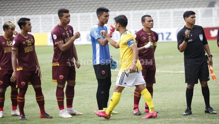 Starting eleven PSM vs Kaya tidak melakukan salam di awal pertandingan, melainkan tos kepalan di laga ketiga Piala AFC 2020 grup H di Stadion Madya Senayan, Selasa (10/03/20).