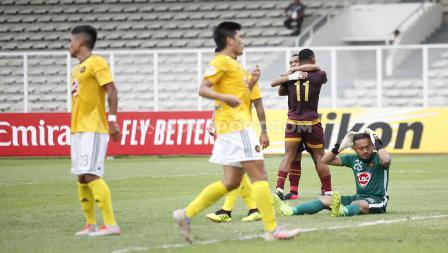 Ekspresi kekecewaan kiper Kaya FC saat gawangnya dibobol penyerang PSM Makassar, Osas Saha.