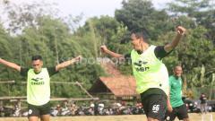 Indosport - Latihan PSS Sleman di Lapangan Yogyakarta Independent School (YIS).