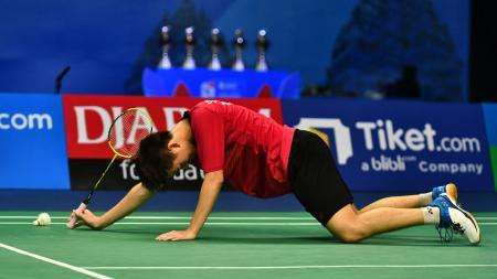 Bintang muda bulutangkis Thailand yang juga jawara tiga kali dunia bulutangkis junior, Kunlavut Vitidsarn, hancur di tangan legenda Cina, Lin Dan. - INDOSPORT