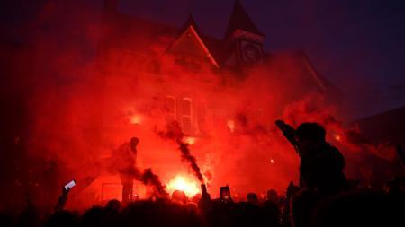 Liga Inggris Ditangguhkan, Fans Marah Besar Kepada Klub - INDOSPORT