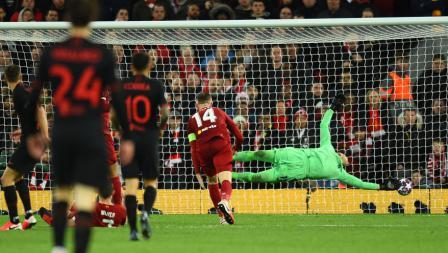 Momen kebobolan Adrian usai dirinya melakukan blunder fatal di laga Liverpool vs Atletico Madrid