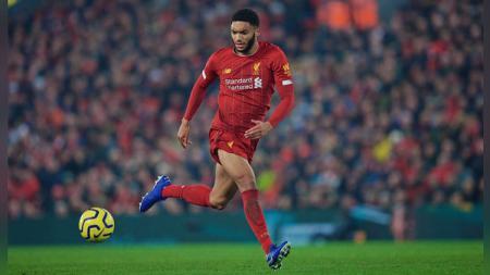 Bek Liverpool, Joe Gomez dengan tega hancurkan siku pemain Stuttgart dalam laga persahabatan jelang Liga Inggris 2020-2021. - INDOSPORT