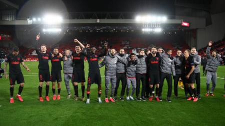 Skuat Atletico Madrid merayakan kemenangan atas Liverpool di Liga Champions di Stadion Anfield. - INDOSPORT