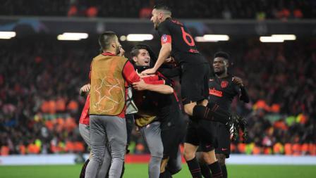 Skuat Atletico Madrid merayakan gol Marcos Llorente ke gawang Liverpool pada leg kedua 16 besar Liga Champions di Anfield, Kamis (12/03/20) WIB.