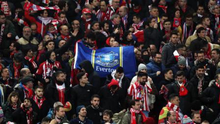 Fans Atletico Madrid bawa bendera Everton saat melawan Liverpool pada leg kedua 16 besar Liga Champions di Stadion Anfield, Kamis (12/03/20) WIB.