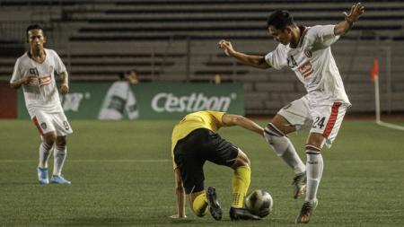 Ricky Fajrin (kanan) saat melewati pemain lawan pada laga Ceres-Negros vs Bali United di Piala AFC 2020, Rabu (11/03/20). - INDOSPORT