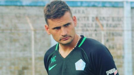 Pelatih anyar PSBS Biak, Juan Marcelo Cirelli, mempersiapkan tim menjelang kick-off Liga 2 2020. - INDOSPORT