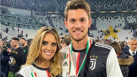 Bek klub Serie A Italia, Daniele Rugani, harus menghadapi kenyataan bahwa kekasihnya, Michela Persico, terjangkit virus Corona dan tengah hamil anak pertama. - INDOSPORT