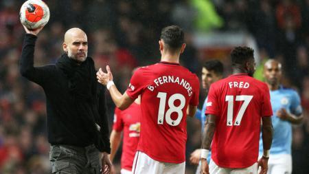 Pep Guardiola (kiri) saat berhadapan dengan Bruno Fernandes - INDOSPORT