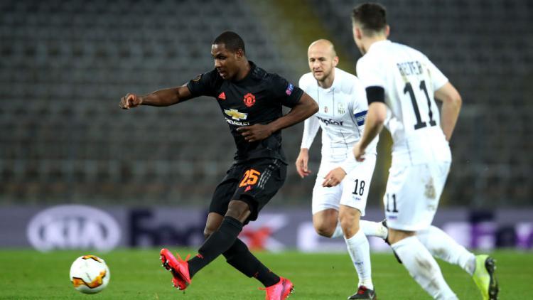 Odion Ighalo saat menendang bola ke gawang LASK Copyright: UEFA - Handout/UEFA via Getty Images