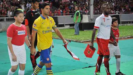 Mikel Arteta (kiri) berdampingan dengan Boaz Solosa (kanan) saat laga eksibis Arsenal vs Indonesia All-Stars. - INDOSPORT