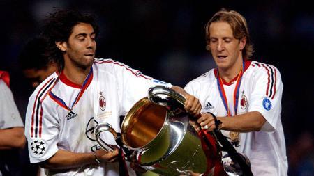 Legenda AC Milan, Massimo Ambrosini (kanan), mengatakan bahwa mantan klubnya tersebut bisa mengorbankan Lucas Paqueta agar dapat melakukan perubahan positif. - INDOSPORT