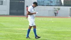 Indosport - Mario Gomez memimpin official training Arema FC sambil menyeruput kopi pada Maret lalu.
