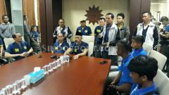 Indosport - Presiden PSHW Dhimam Abror Djuraid (kanan berdiri), mengusung misi memperbaiki akhlak melalui sepak bola.