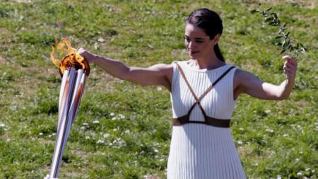 Prosesi penyalaan api Olimpiade 2020 di Yunani. - INDOSPORT