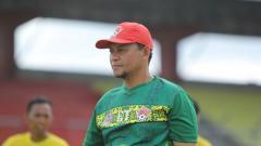 Indosport - Pelatih klub sepak bola Liga 2 Kalteng Putra, Eko Tamamie, turut serta menggalang dana dan menyalurkan bantuan untuk korban banjir bandang.