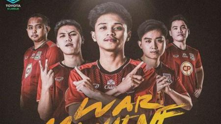 2 Pemain PES Indonesia di Thailand, Rommy Hadiwijaya (tengah) dan Elga Cahya Putra (paling kiri), harus tampil agresif bersama Trat FC. - INDOSPORT