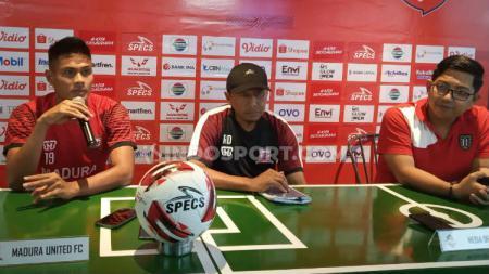 Jumpa pers tim Madura United, diwakili Fachrudin Aryanto (kiri) dan pelatih Rahmad Darmawan (tengah) di Bali United Cafe, Sabtu (14/03/20). - INDOSPORT