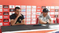 Indosport - Pelatih dan pemain Barito Putera, Djajang Nurdjaman dan Rizky Pora.