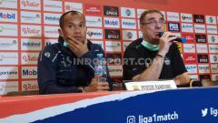 Indosport - Pelatih Persib Bandung, Robert Rene Alberts (kanan) saat konferensi pers di Graha Persib, Jalan Sulanjana, Kota Bandung, Sabtu (14/03/2020).