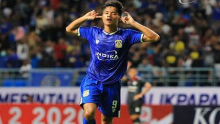 Pemain Persiba Balikpapan, Aji Kusuma selebrasi usai mencetak gol ke gawang Kalteng Putra di Stadion Batakan, Sabtu (14/03/20). - INDOSPORT