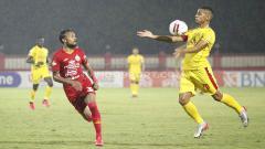 Indosport - Renan Silva dan Rohit Chand sedang berduel dalam laga Bhayangkara FC vs Persija Jakarta