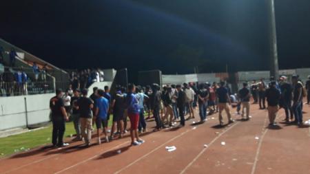 Aremania tertahan di Stadion Moch. Soebroto sampai pukul 18.45 WIB usai laga Liga 1 2020 kontra PSIS Semarang. - INDOSPORT