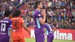 Indosport - Ekspresi striker Persik Kediri, Nikola Asceric, dalam pertandingan Liga 1 2020 kontra Persiraja Banda Aceh, Sabtu (14/3/20).