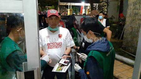 Seluruh penonton yang masuk ke Pintu VIP Utama Stadion Andi Mattalatta diberi semprotan disinfektan oleh panpel. - INDOSPORT