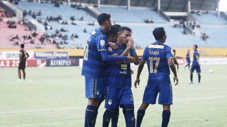 Adanya penalti siluman di laga Sriwijaya FC vs PSS Sleman membuat netizen menuntut Satgas Anti Mafia Bola untuk peka. - INDOSPORT