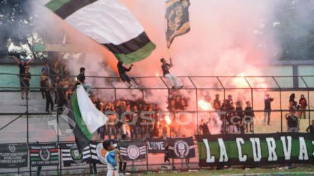 Salah satu kelompok suporter PSMS Medan, Ultras 1950, saat menyalakan flare dan smoke bomb di Stadion Teladan, Medan, Minggu (15/3/2020) sore. - INDOSPORT