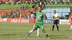 Indosport - Bintang PSMS Medan, Rachmad Hidayat, lakukan selebrasi usai cetak gol ke gawang AA Tiga Naga.