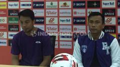 Indosport - Pelatih Persita Tangerang, Widodo Cahyono Putro (kanan) puas dengan penampilan para pemainnya saat uji coba melawan Bhayangkara FC, Sabtu (19/09/20).