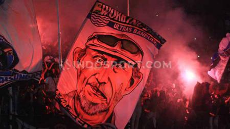 Bobotoh di tribun utara Stadion Si Jalak Harupat, Kabupaten Bandung, Minggu (15/03/2020), menyalakan red flare seusai laga Persib menghadapi PSS. - INDOSPORT