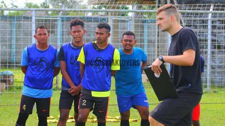 Pelatih PSBS Biak, Juan Marcelo Cirelli saat mendampingi anak asuhnya berlatih. - INDOSPORT