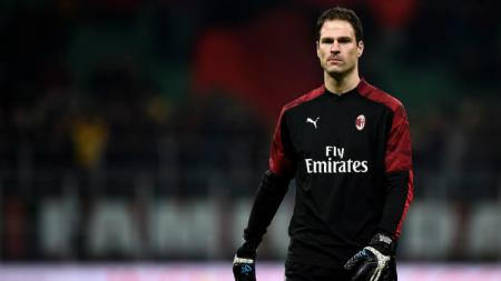 Kiper pinjaman AC Milan dari Bournemouth, Asmir Begovic. - INDOSPORT