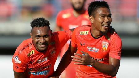 Dua pemain Borneo FC, Titus Bonai (kiri) dan Wildansyah (kanan). - INDOSPORT