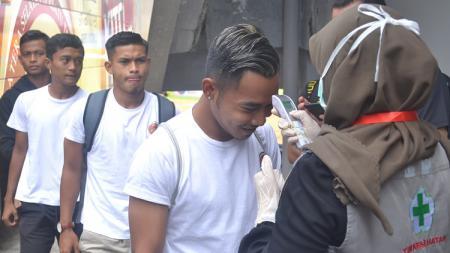 Pemain Sriwijaya FC di cek suhu tubuh saat turun bus dan masuk ke ruang ganti menjelang laga melawan PSIM Yogyakarta di Liga 2 2020. - INDOSPORT