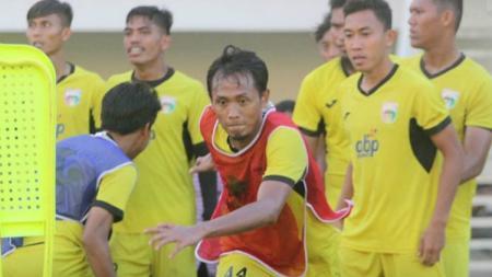 Fauzan Fajri (rompi merah) saat melakukan latihan bersama klub Liga 2, Mitra Kukar. - INDOSPORT