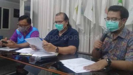 Presiden NPC Indonesia, Senny Marbun memberikan konfrensi pers berkait event ASEAN Para Games di Filipina yang kembali diundur menjadi 3-9 Oktober 2020 di Kantor NPC Pusat, Solo, Rabu (18/03/20), mundurnya even itu karena dampak virus Corona. - INDOSPORT