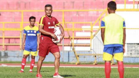 Pelatih Persiraja Banda Aceh, Hendri Susilo, memimpin latihan tim jelang laga Liga 1 2020. - INDOSPORT