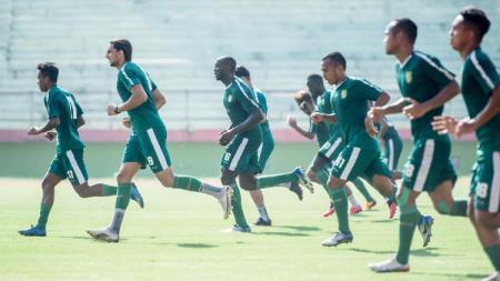 Pemain Persebaya latihan perdana di Stadion Gelora Delta, Sidoarjo, Jumat (20/3/20). - INDOSPORT