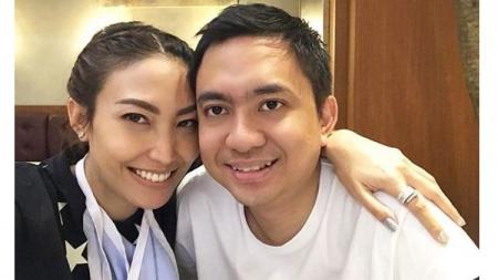 Presenter Ayu Dewi bersama sang suami. - INDOSPORT