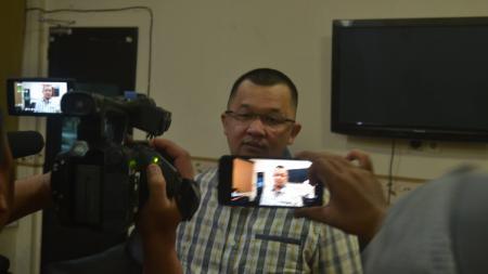Manajer Sriwijaya FC, Hendri Zainuddin, memberikan keterangan pers soal Liga 2 2020. - INDOSPORT