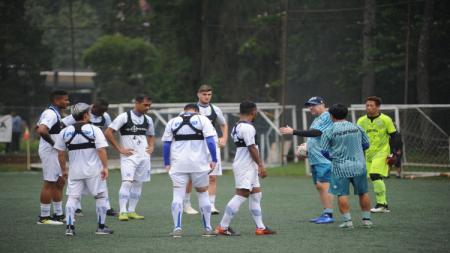 Ditundanya kompetisi Liga 1 2020 karena pandemi virus corona membuat seluruh pemain Persib Bandung diliburkan dan diwajibkan latihan di rumah. - INDOSPORT