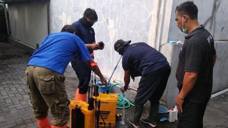 Penyemprotan cairan disinfektan di mes PSIM Yogyakarta. - INDOSPORT