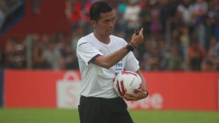 Wasit berlisensi FIFA asal Indonesia, Dwi Purba Adi Wicakcana, untuk sementara harus vakum dari aktivitas memimpin kompetisi karena dampak antisipasi virus corona. - INDOSPORT