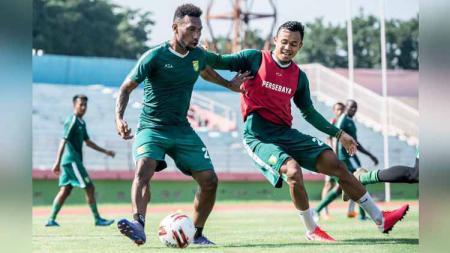 Pemain Persebaya hadir dalam latihan perdana di Staidon Gelora Delta Sidoarjo. - INDOSPORT