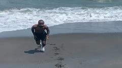Indosport - Pemain PSS Sleman, Zah Rahan, berlatih di pantai.